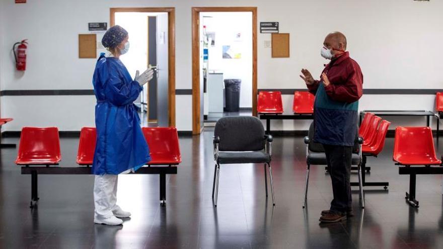 Una doctora atiende a un paciente en un centro de salud.
