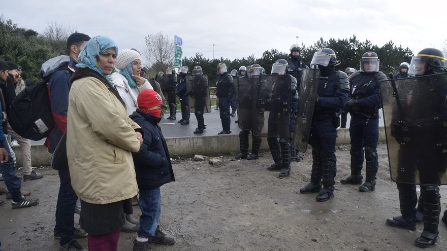 Refugiados en Calais frente a la policía / Eduardo Granados