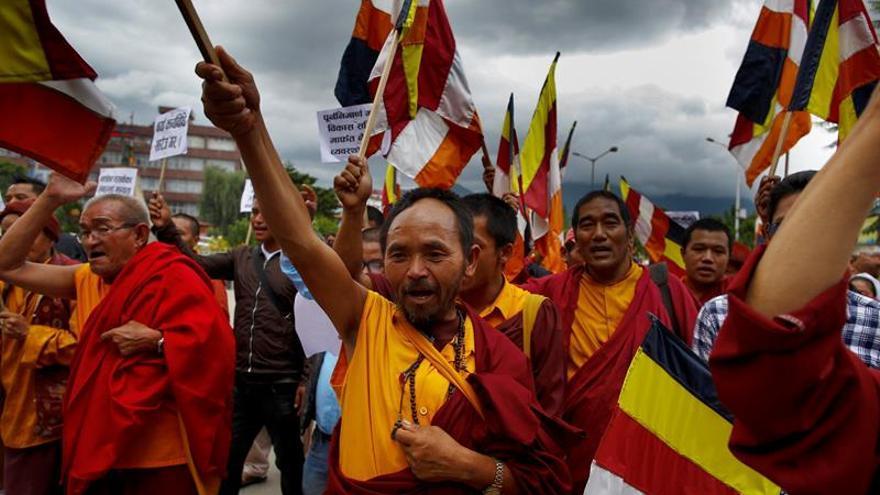 Monjes budistas protestan para exigir la reconstrucción de templos en Nepal