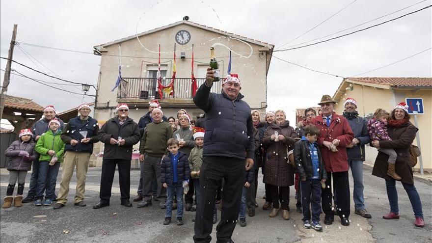 Campanadas a mediodía en un pequeño pueblo de Ávila para anticiparse al sueño
