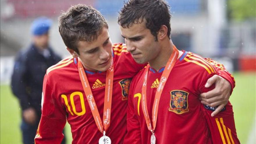 Los jugadores de la selección española Saúl Ñíguez (i) y Jesé Rodríguez (d) se lamentan por la derrota ante Inglaterra en la final del Europeo sub'17 disputada en mayo de 2010.