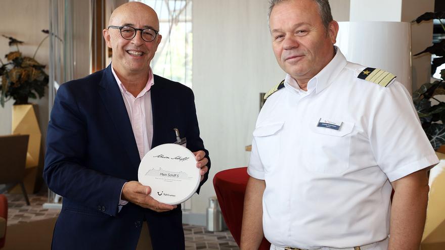 Pedro Suárez y el capitán del buque crucero 'Mein Schiff5', el griego Ioannis Anastasiou, este martes en Santa Cruz