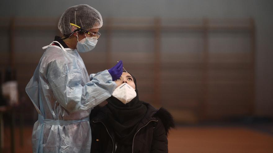 Andalucía rebasa su tope de contagios diarios con 7.816 positivos y supera el pico de ingresos en UCI del peor momento de la pandemia