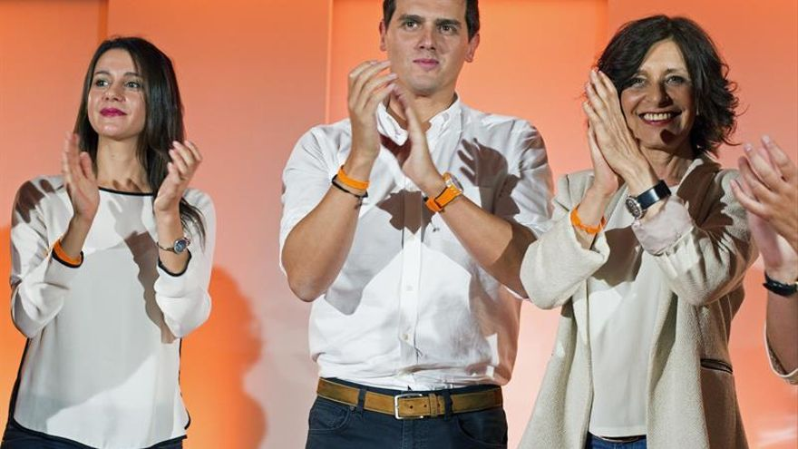 Albert Rivera en un acto de campaña con la candidata gallega, Cristina Losada, e Inés Arrimadas