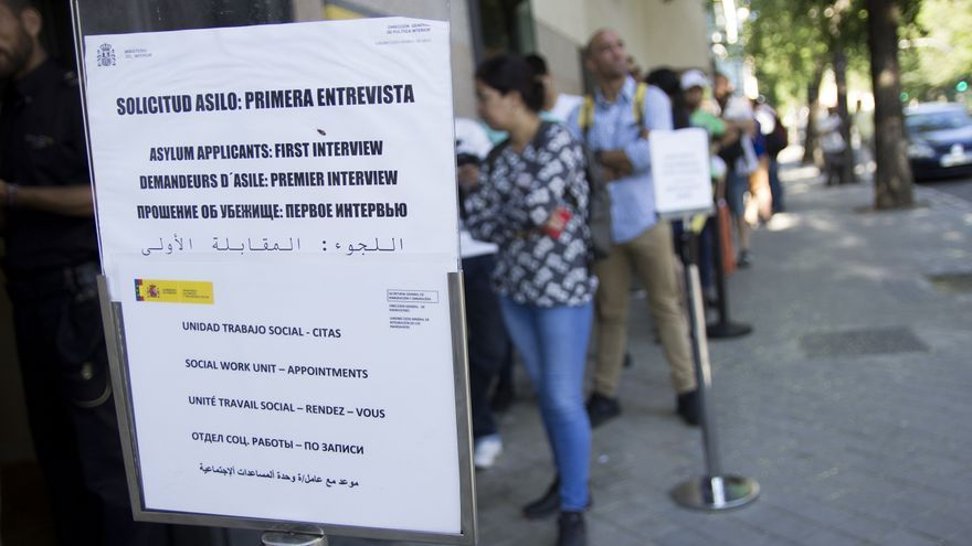 Horas de espera en la cola para pedir asilo en madrid for Oficina de registro madrid