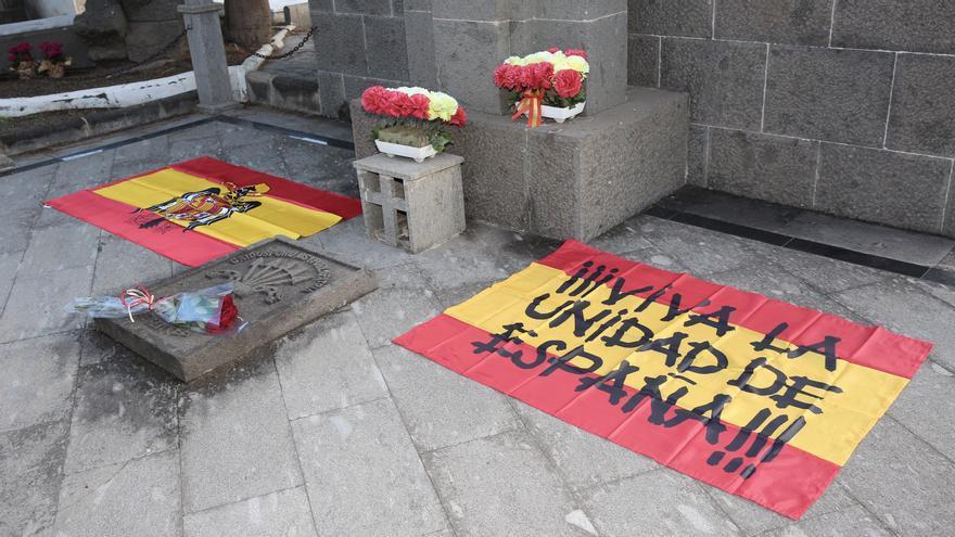 Homenaje a Franco en el cementerio de Vegueta, donde se encuentra una fosa común de víctimas del franquismo.