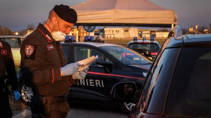Italia intenta aislar focos del coronavirus con controles, arrestos y multas