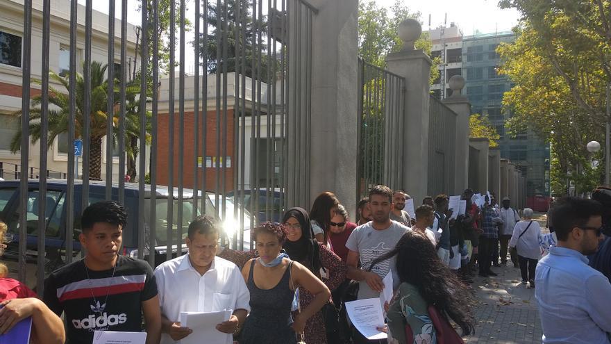 Cola a la puerta de la Secretaría de Estado (Fabiola Barranco)