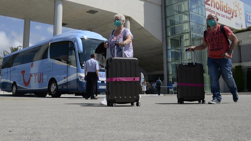 Turistas alemanes llegando a Palma de Mallorca.