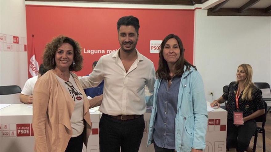 Luis Yeray Gutiérrez, junto a las dos concejalas con cargo en el Gobierno de La Laguna, Mª José Castañeda y Mónica Martín (derecha)