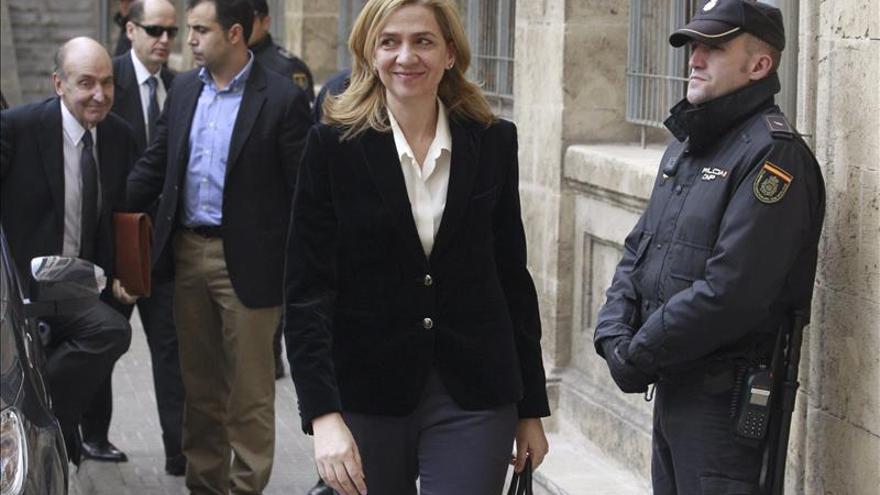 El recurso de Manos Limpias dice que la infanta conoció los delitos de su marido