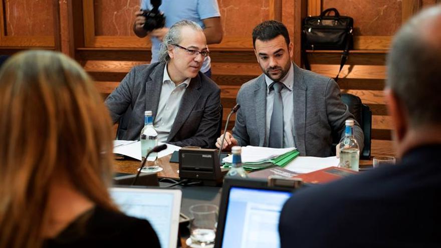 Los consejeros de Sanidad y Justicia, Jesús Morera (i) y Aarón Afonso, charlan con el consejero de Economía, Pedro Ortega, al comienzo de la reunión del Consejo de Gobierno, celebrado hoy en la capital grancanaria. EFE/Ángel Medina G.