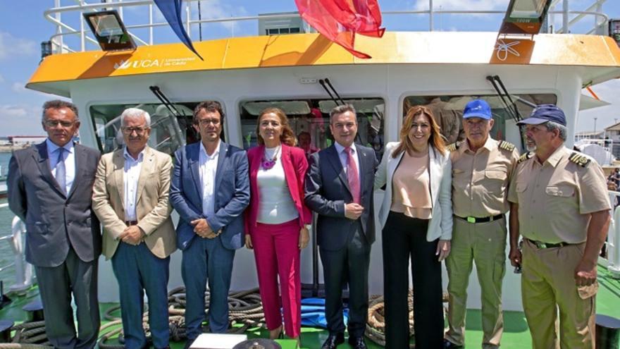 El alcalde y la presidenta, en la presentación del buque oceanográfico civil UCADIZ.