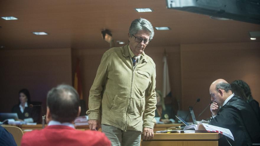 El exdirector general de Urbanismo del Gobierno de Canarias, Juan César Muñoz, tras declarar ante la Audiencia de Las Palmas como imputado en el juicio por las irregularidades cometidas en la construcción de la bodega Stratvs, en La Geria (Lanzarote).
