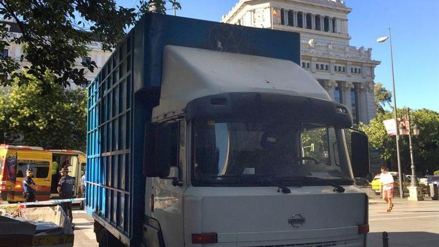 Muere un ciclista tras ser atropellado por un camión en la calle Alcalá