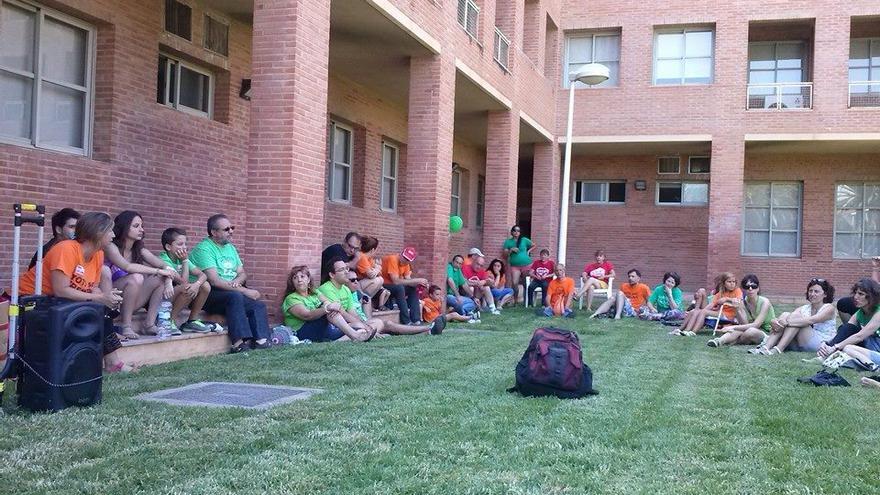 Participantes en la 'Acampada per l'Escola Pública' reunidos en asamblea en los jardines de Conselleria