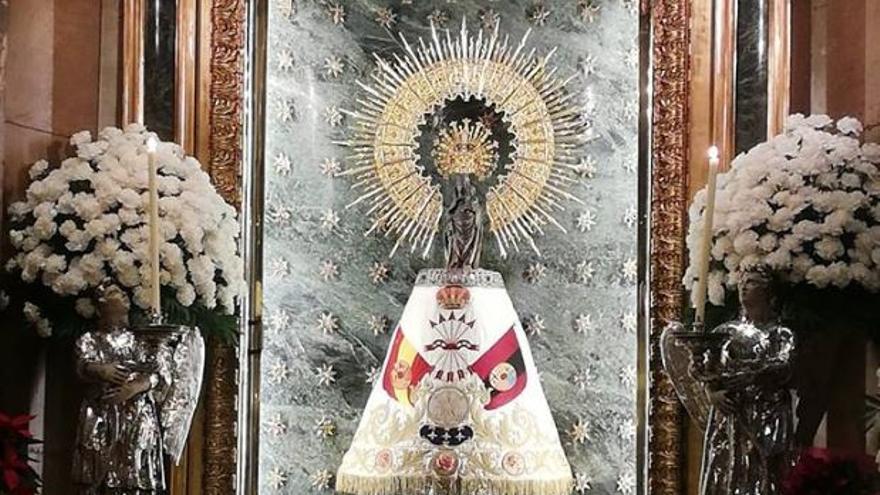 La Virgen del Pilar vistiendo un manto de la Falange