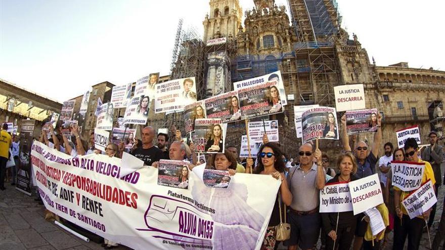 Las víctimas del Alvia piden en el Obradoiro la dimisión de Ana Pastor