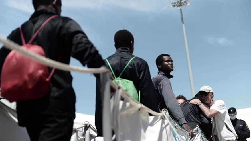 Un grupo de inmigrantes rescatados por el Aquarius desembarca en Valencia.