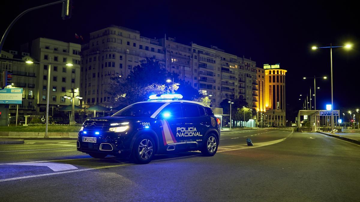 Un coche de la Policía Nacional durante el toque de queda en Santander.