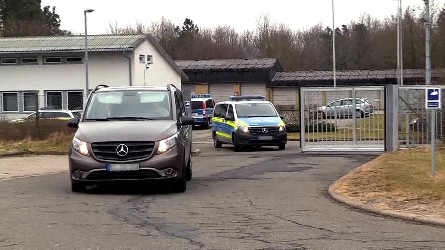 Captura de video del momento en el que un furgón policial traslada a Puigdemont de la comisaría hacia la cárcel de la localidad de Neumünster