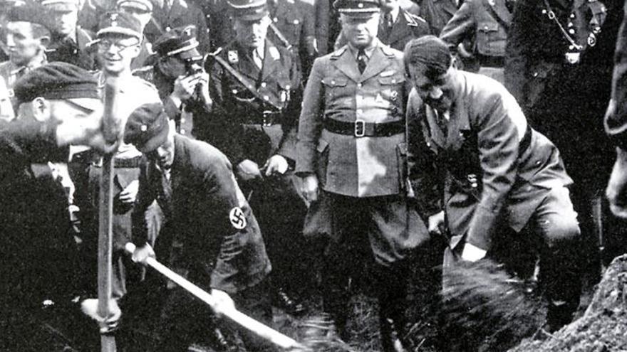 Adolf Hitler da unas paladas en la inauguración de la construcción de una autopista en Alemania.