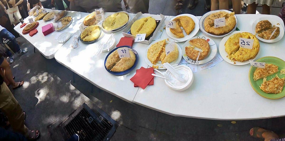 Tortillas concursantes. La del ganador está arriba a la derecha (sin número visible) | SOMOS MALASAÑA