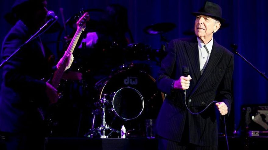 Centenares de personas rinden homenaje a Leonard Cohen en su casa de Montreal