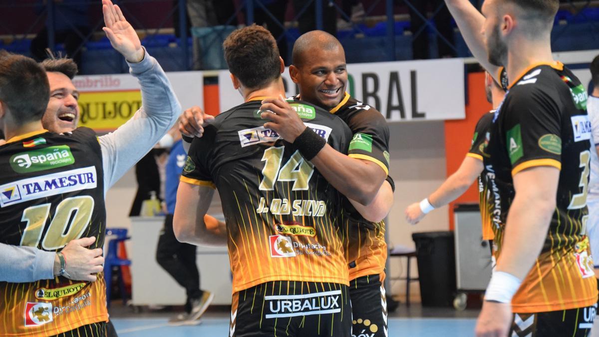Los jugadores del Ángel Ximénez celebran una victoria.