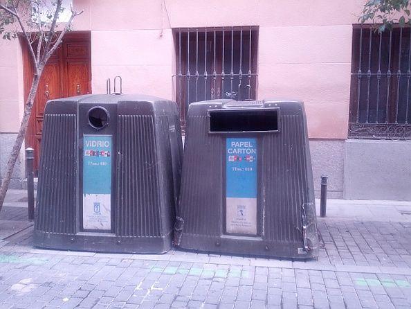 Contenedores en la calle San Vicente, donde falta el de plástico