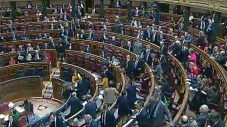 Los diputados abandonan corriendo el Congreso