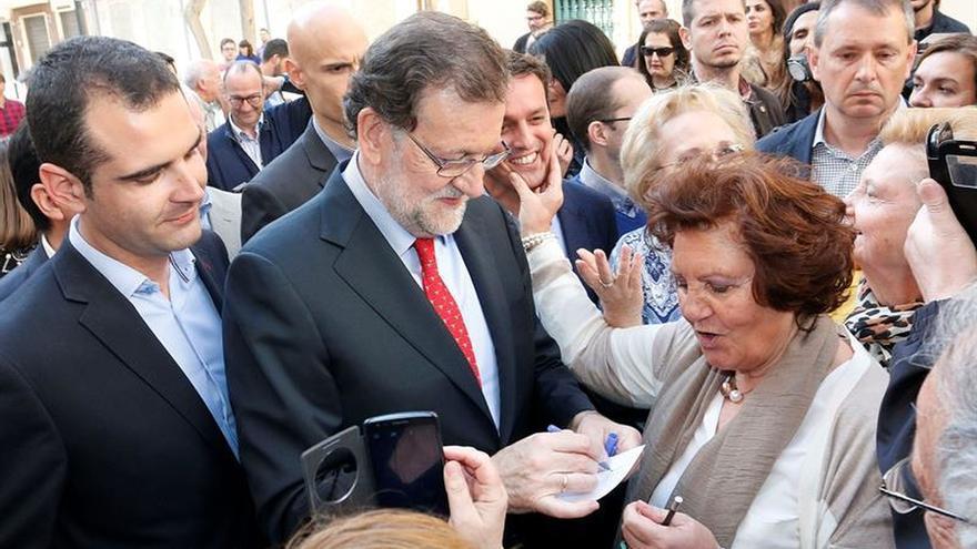 """Rajoy avisa ante el 26J del """"error descomunal"""" de apostar por volver al pasado"""