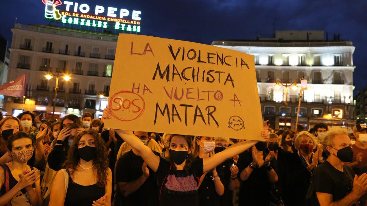 """Varias personas participan en una concentración feminista en la Puerta del Sol en repulsa por """"todos los feminicidios""""."""