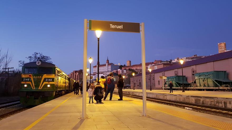 La locomotora de 1965 en la estación de Teruel