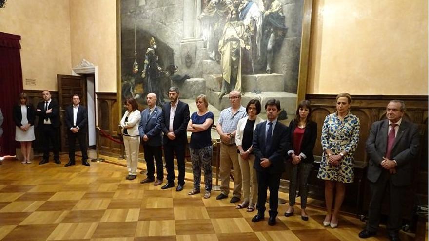 Minuto de silencio en el Ayuntamiento de Huesca por el último asesinato machista.