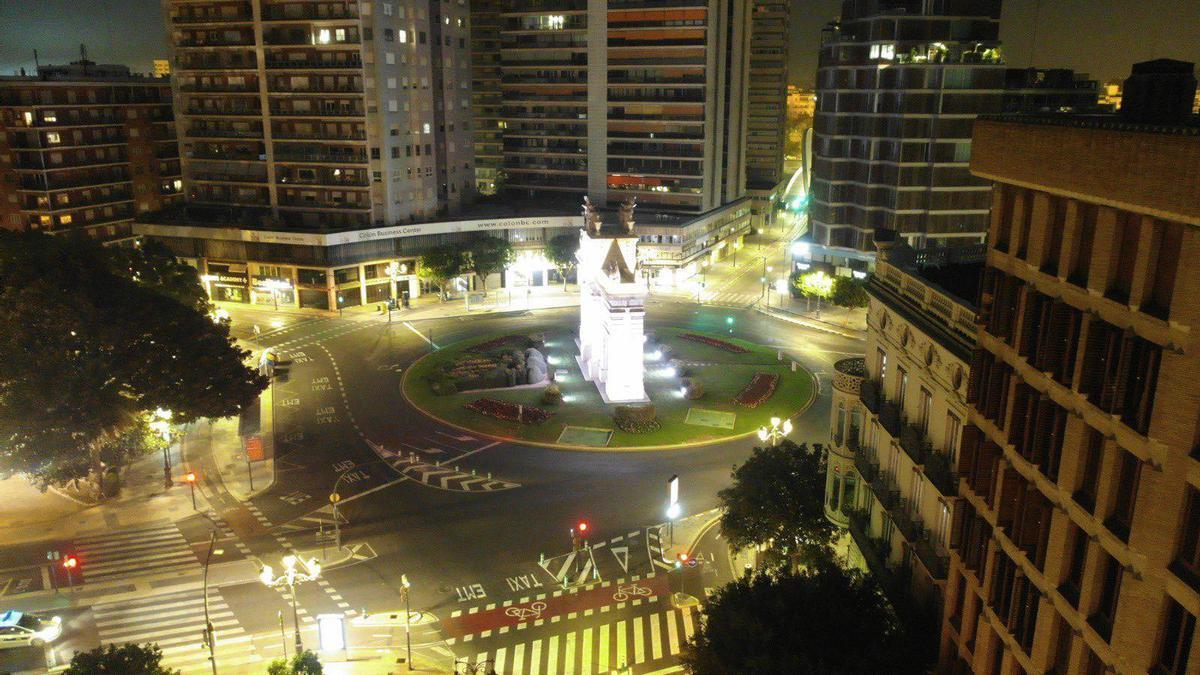 La plaza de la Porta de la Mar, uno de los puntos neurálgicos de València, completamente vacía en la primera noche de toque de queda.