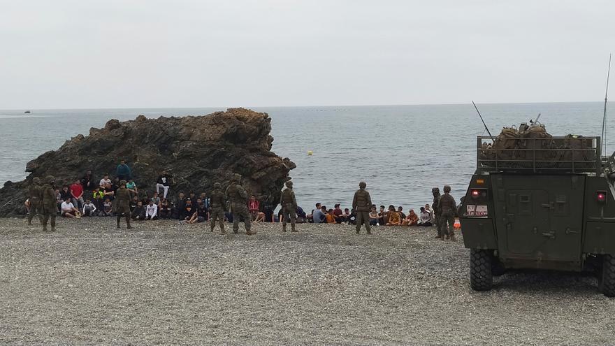 El Gobierno despliega al Ejército en Ceuta por la crisis migratoria y Sánchez promete