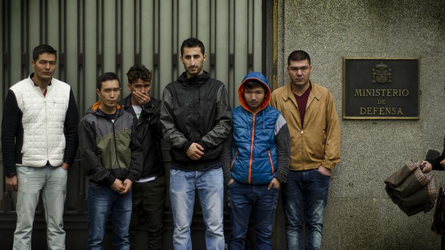 Varios traductores afganos que sirvieron a las tropas españolas en Afganistán denuncian estar abandonados por el Gobierno ante el Ministerio de Defensa \ Foto: Alejandro Navarro Bustamante
