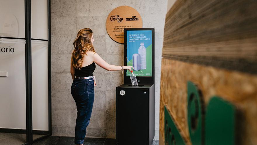 'Reciclos', un proyecto piloto que premia a quienes tiran envases al contenedor amarillo, es una de las iniciativas estrella de TheCircularLab.