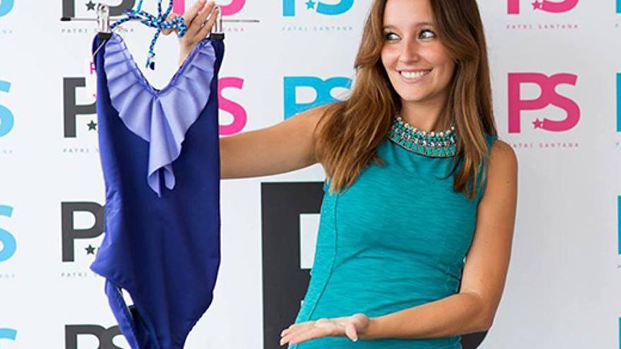 La emprendedora Patricia Santana muestra uno de sus diseños en la presentación de la pasada colección de verano.