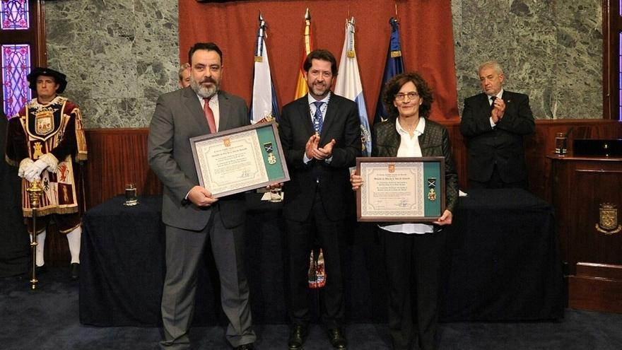 Entrega del galardón por parte de Carlos Alonso, presidente del Cabildo, este viernes