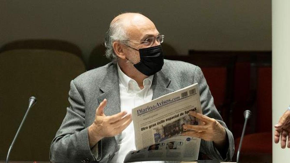 Francisco Pomares con un ejemplar de Diario de Avisos, periódico que ha publicado que supuestamente falsificó unos documentos para conseguir ser profesor de periodismo en la ULL