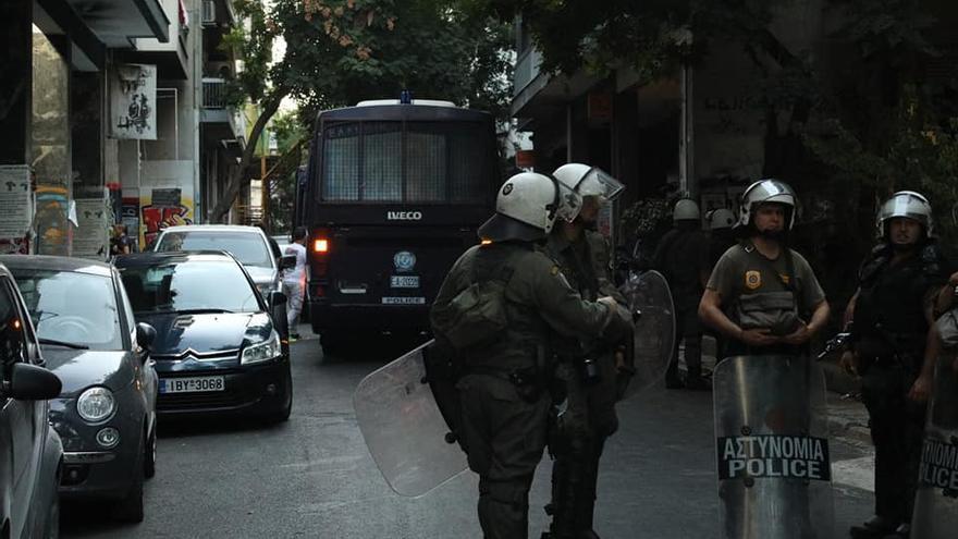 Despliegue policial en el barrio de Exarjia para el desalojo de 143 solicitantes de asilo.