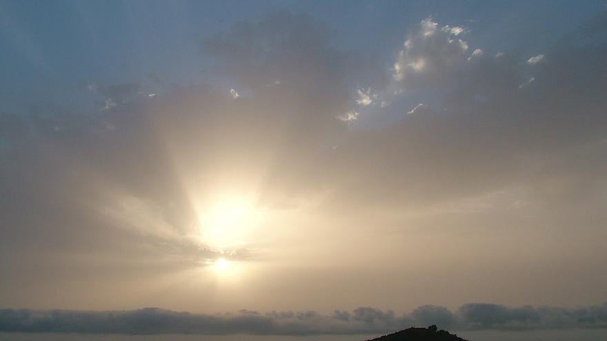 Nubes y claros y ligera calima en La Palma.