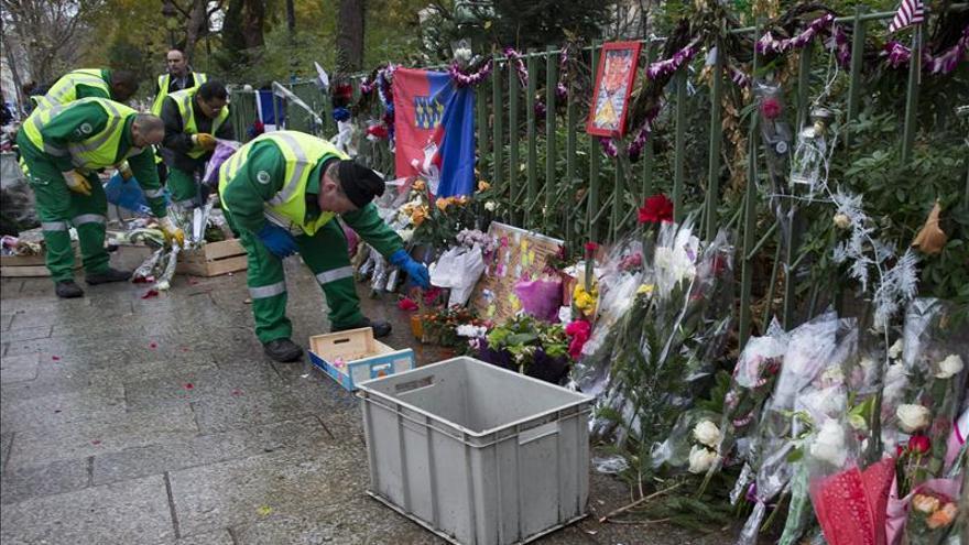 París comienza a retirar el memorial callejero levantado en Bataclan