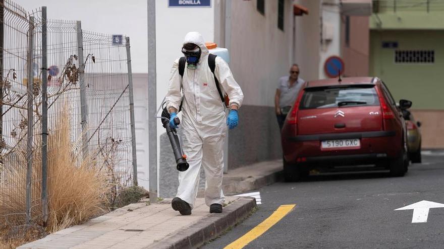 Operarios del personal de limpieza de la capital tinerfeña desinfectan las calles del Barrio de María Jiménez este miércoles de la segunda semana del confinamiento por el estado de alerta para frenar el avance del coronavirus.