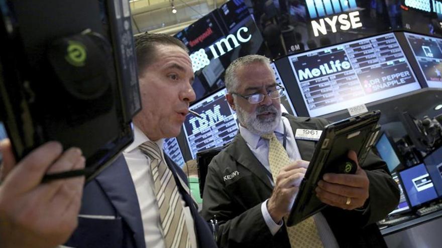 Wall Street se mantiene a media sesión con nuevos récords provisionales
