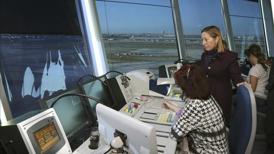 La ministra de Fomento, en el aeropuerto de Madrid Barajas. EFE