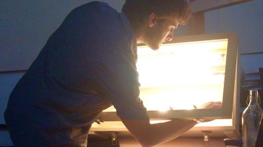 Rodrigo Irurzun montando un kit solar: trabajando en eficiencia energética. Imagen: Ecooo