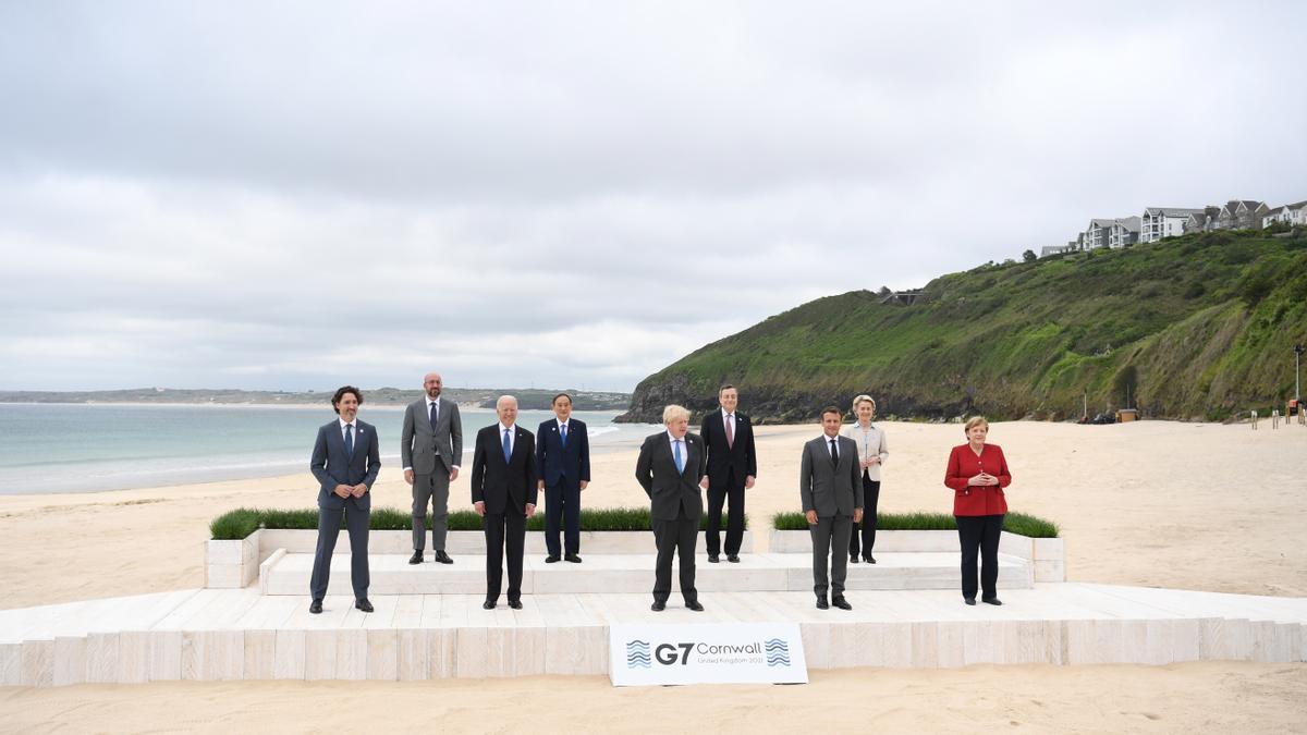 El primer ministro británico, Boris Johnson (centro), posa con los líderes del G7 para la foto de familia durante la cumbre del G7 en Carbis Bay. En la imagen se ve al presidente estadounidense Joe Biden (3i), primer ministro británico Boris Johnson (C), el Primer Ministro de Canadá Justin Trudeau (i), el Presidente de Francia Emmanuel Macron (3d), la Canciller alemana Angela Merkel (d), el Primer Ministro de Italia Mario Draghi (4d), Primer Ministro de Japón Yoshihide Suga (4i), Presidenta de la Comisión Europea Ursula von der Leyen (2d) y el Presidente del Consejo Europeo Charles Michel (2i)